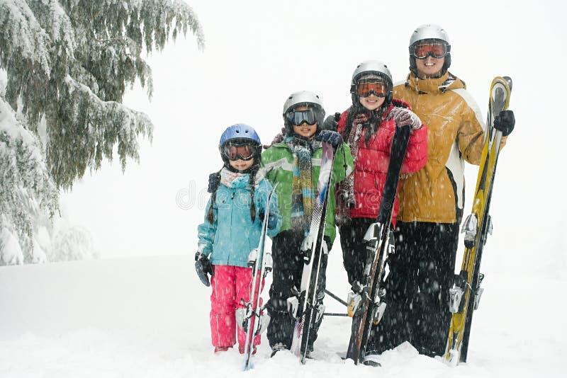 Familjen med skidar arkivfoton