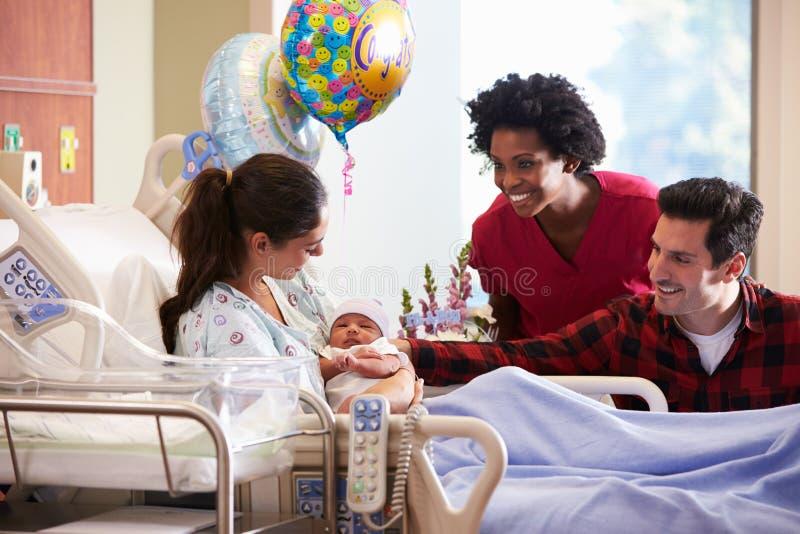 Familjen och sjuksköterskan With New Born behandla som ett barn i stolpen Natal Department royaltyfri fotografi