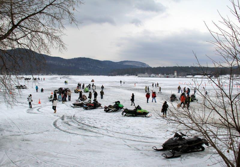 Familjen och vänner samlade tillsammans för årlig Winterfest beröm, sjön George, New York, Februari 2nd, 2014 royaltyfri bild