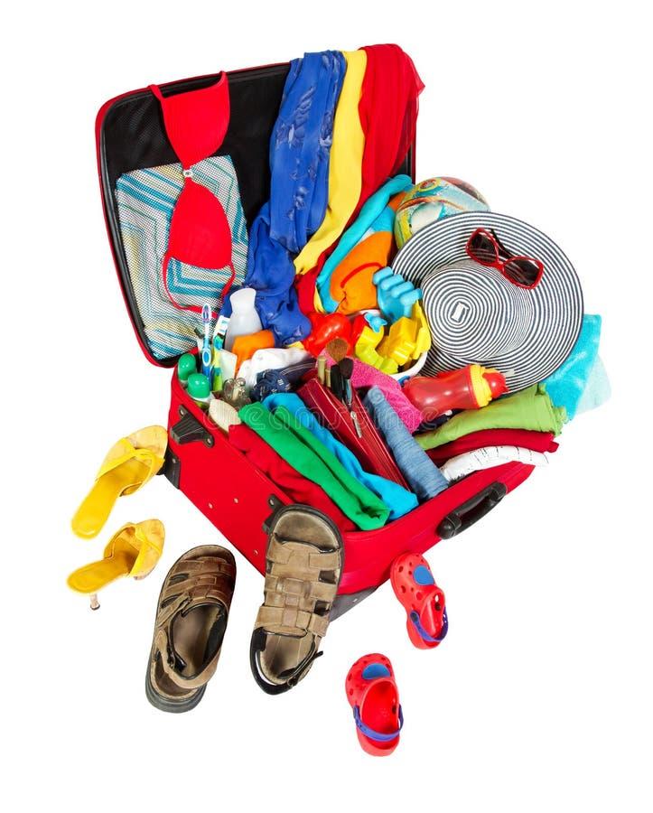familjen packade röd resväskaloppsemester arkivbild