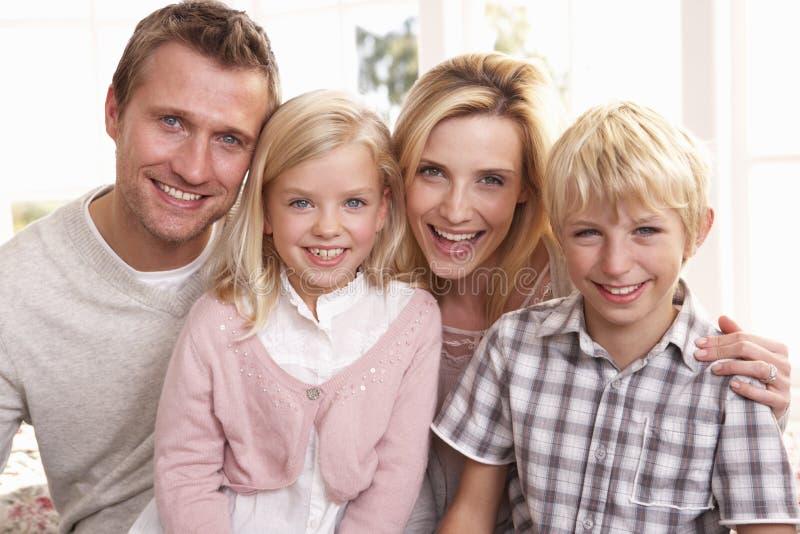 familjen poserar tillsammans barn royaltyfria bilder