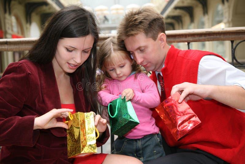 familjen shoppar arkivbild