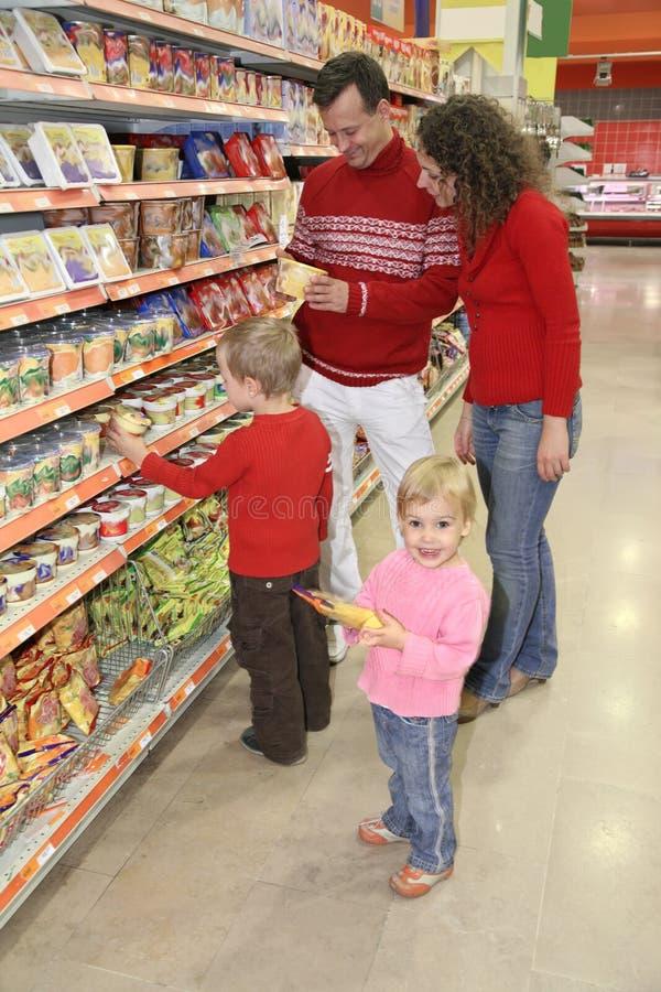 familjen shoppar arkivfoton