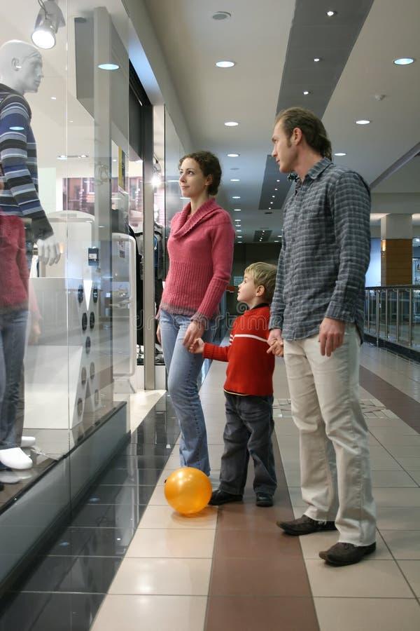 familjen shoppar fönstret royaltyfria foton