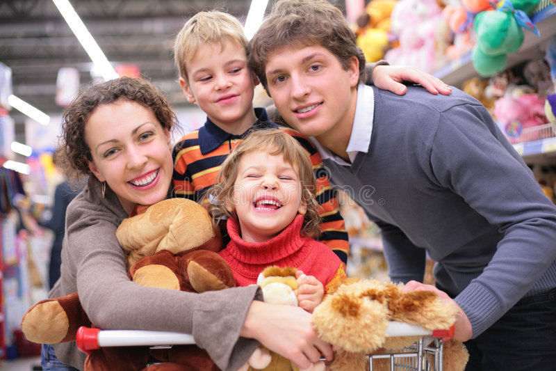 familjen shoppar toys royaltyfria foton