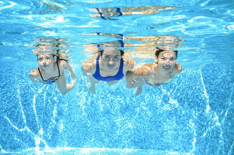 Familjen simmar i pöl under vatten, lycklig aktiv moder, och barn har gyckel, kondition och sporten med ungar på semester arkivbild