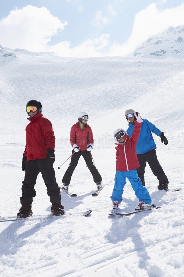 Familjen skidar på ferie i berg arkivbilder