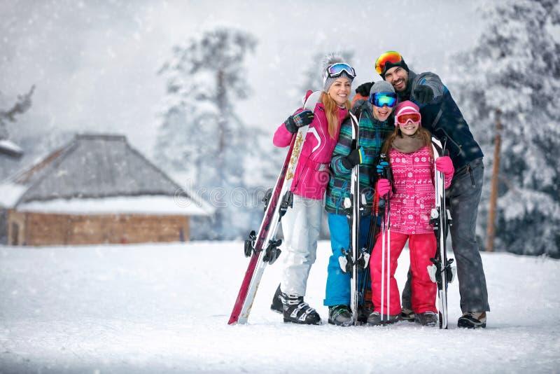 Familjen skidar, solen och gyckel på semester i berg arkivbilder