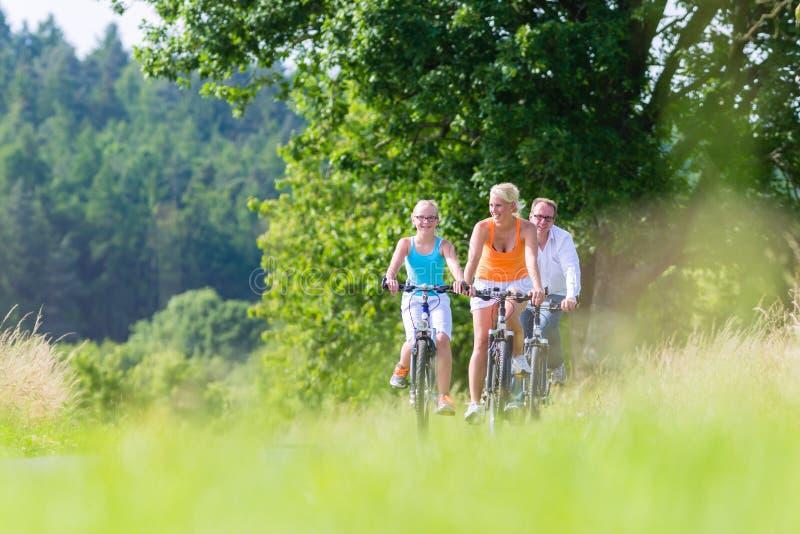 Familjen som har helgcykeln, turnerar utomhus arkivbild