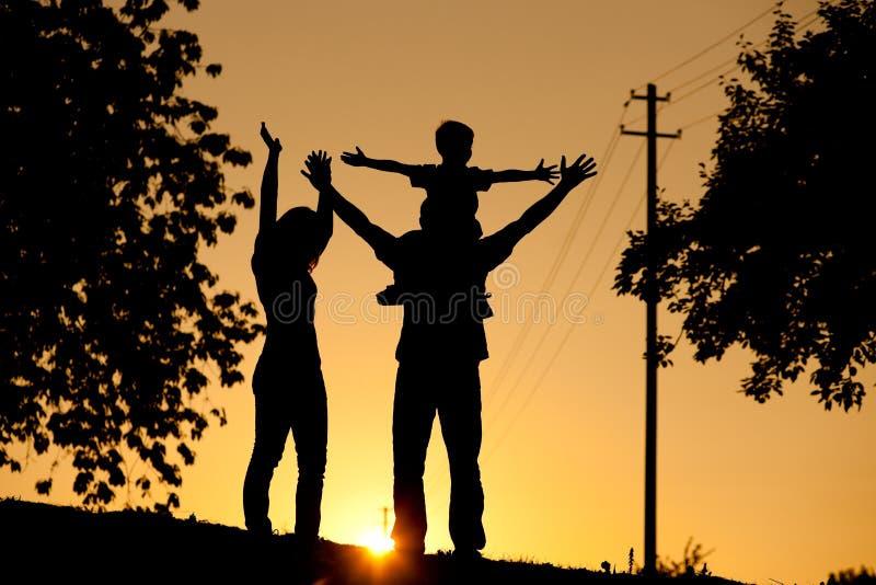 familjen som har solnedgång, går arkivbilder