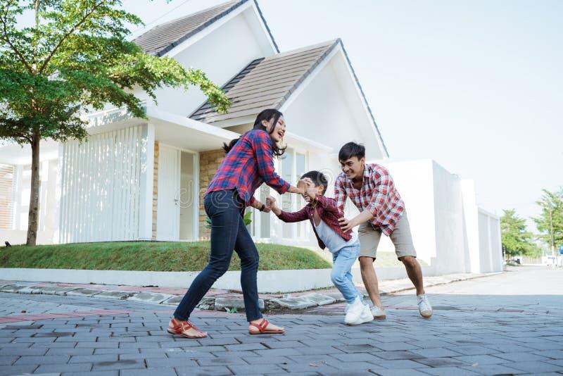 Familjen som omkring tillsammans kör, medan spela, och har roligt arkivfoto