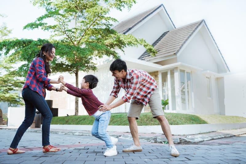 Familjen som omkring tillsammans kör, medan spela, och har roligt arkivfoton