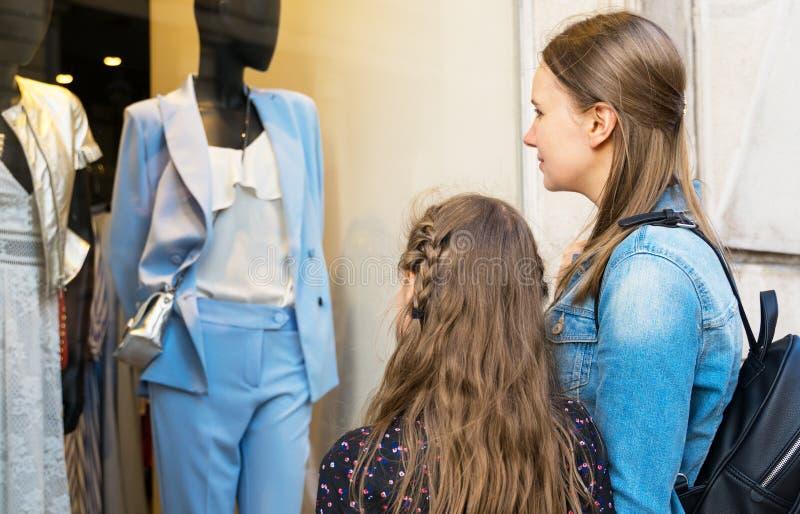 Familjen som ser, shoppar fönstret fotografering för bildbyråer