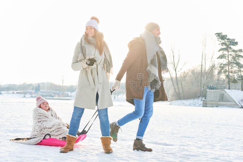 Familjen som tar en vinter, går i naturen royaltyfria foton