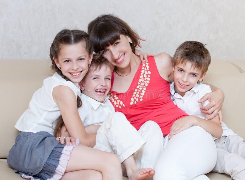 familjen spenderar tillsammans tid royaltyfri fotografi