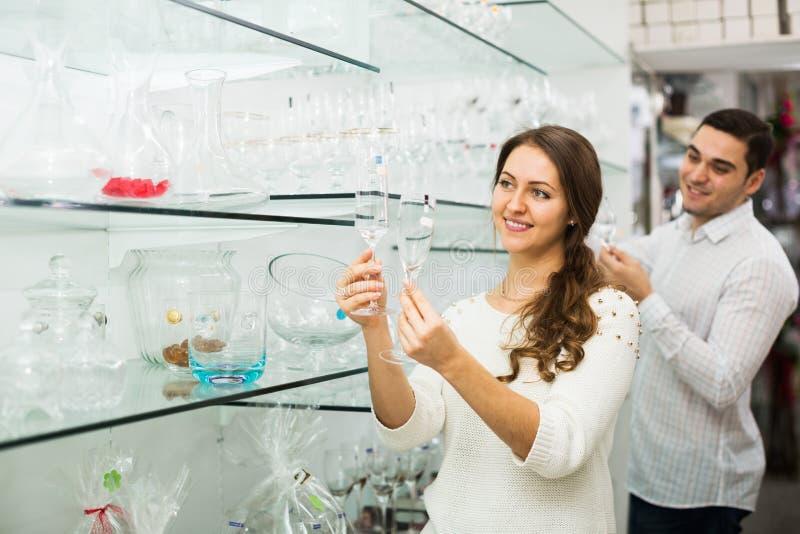 Familjen väljer glasföremål arkivbild