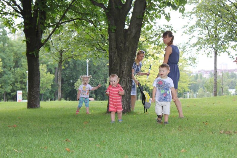Familjer mödrar och behandla som ett barn i stads- grön natur parkerar arkivbild