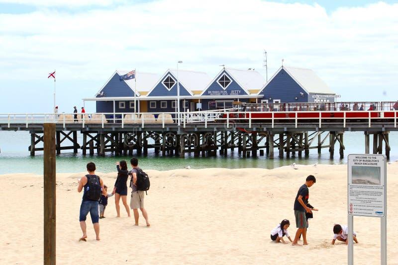 Familjer och barn har gyckel på stranden av den Busselton bryggan, västra Australien royaltyfri fotografi