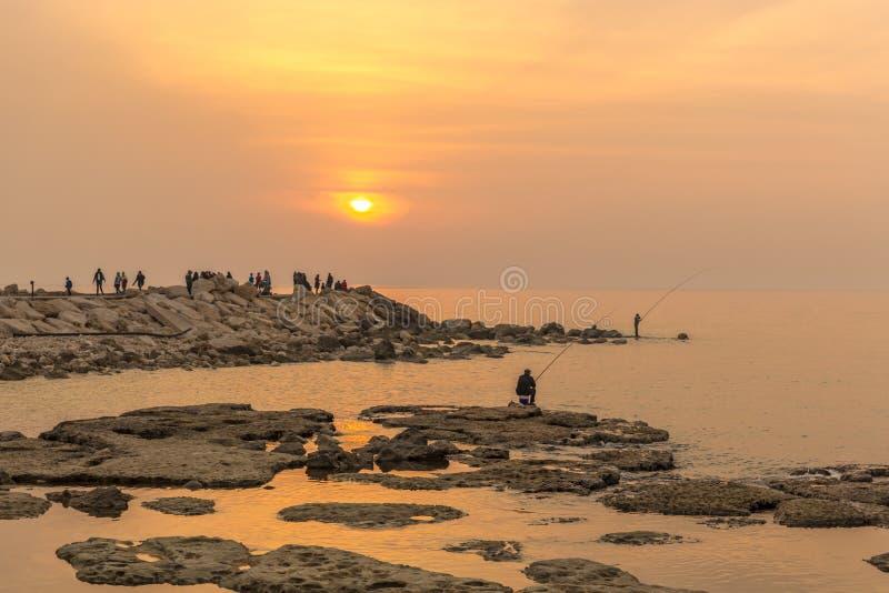 Familjer som tycker om en trevlig färgrik solnedgång i Byblos i kostnaden av Libanon, Mellanösten royaltyfri foto