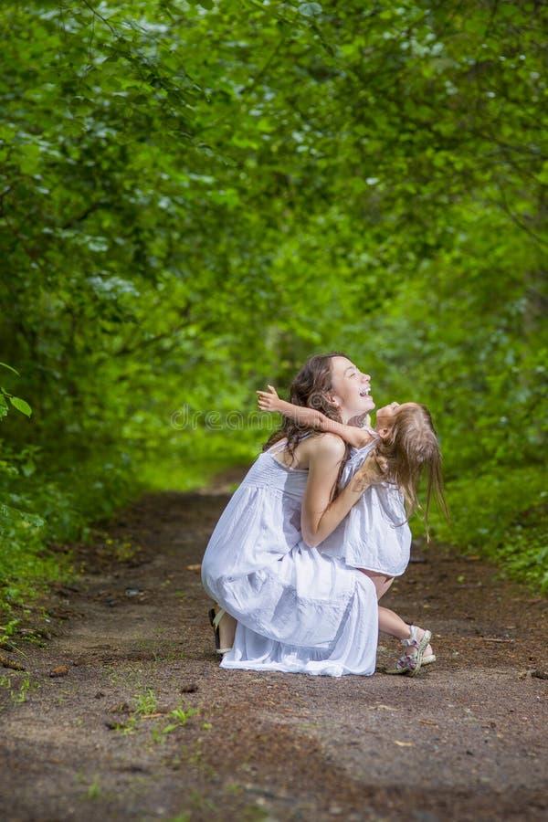 Familjevärderingbegrepp Lycklig Caucasian kvinna med hennes lilla barn royaltyfri fotografi