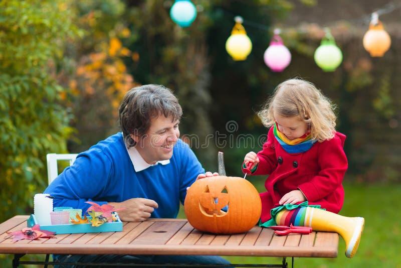 Familjevårdande Halloween-pumpkin royaltyfri bild