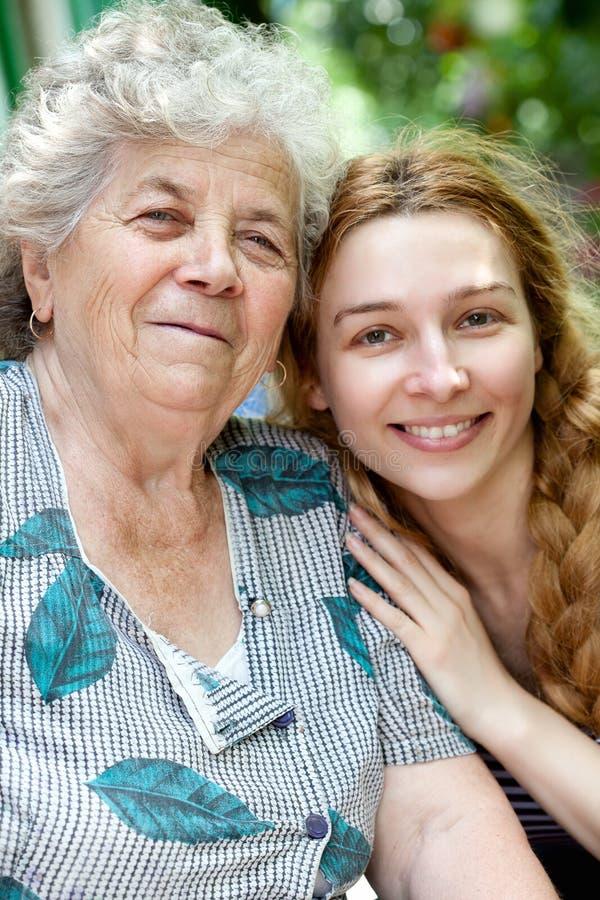 familjfarmor henne ståendekvinnabarn royaltyfria bilder