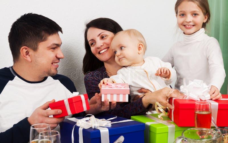 Familjferie runt om den festliga tabellen royaltyfri bild