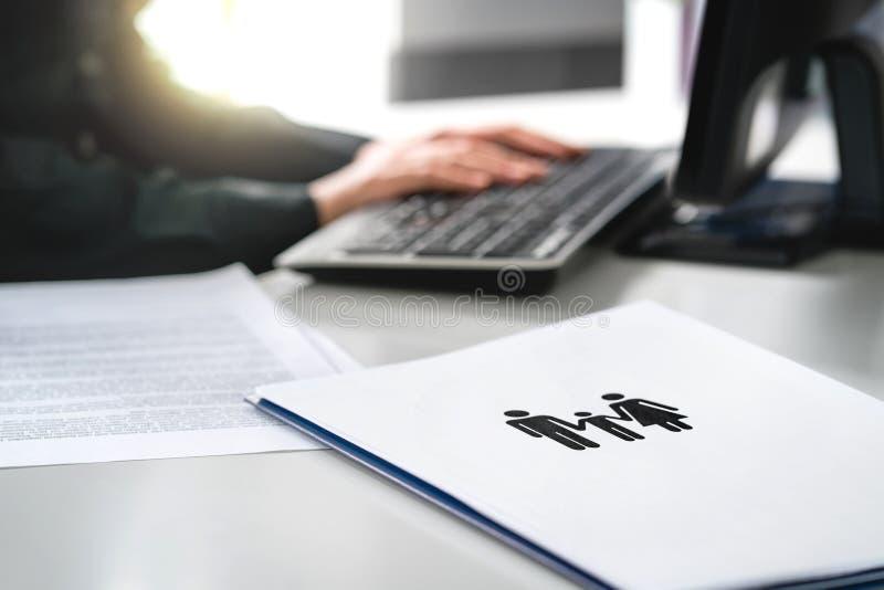 Familjframtid, hälsovård eller begrepp för finansplanläggning Kvinnahandstilförsäkring eller att inteckna applikation med datoren royaltyfri foto