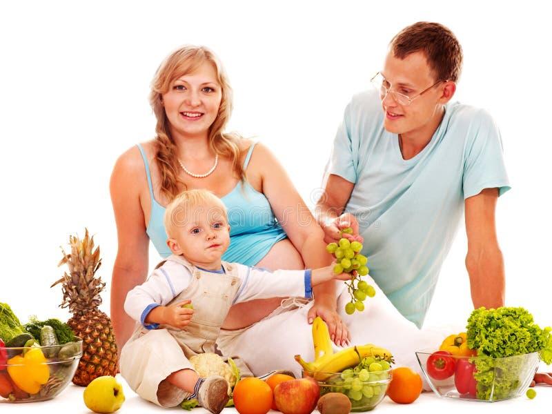 Familjgravid kvinna som förbereder mat. royaltyfri fotografi
