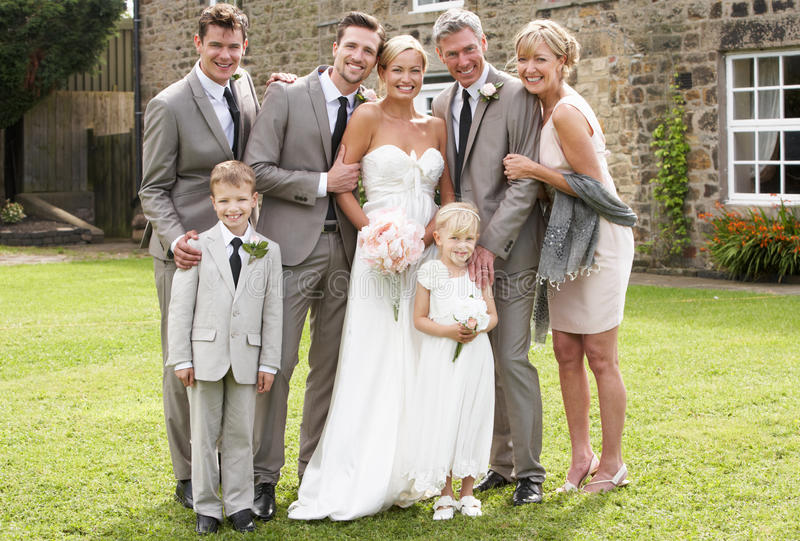 Familjgrupp på bröllop arkivfoto