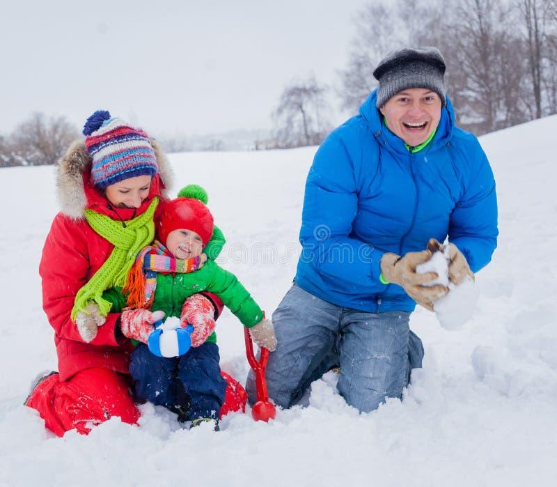 familjgyckel som har snow arkivbilder
