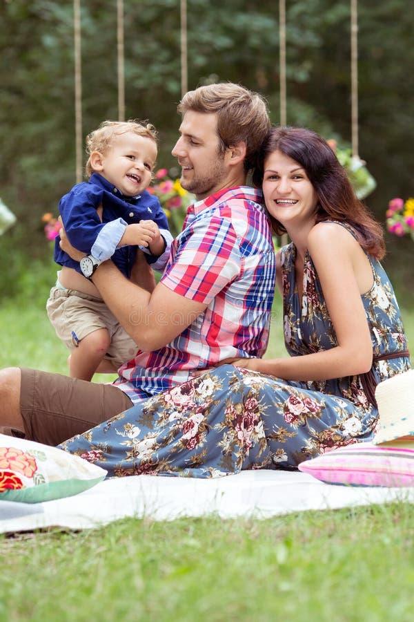 Familjgyckel utanför royaltyfria bilder