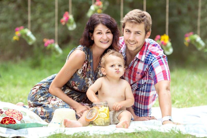 Familjgyckel utanför arkivfoton