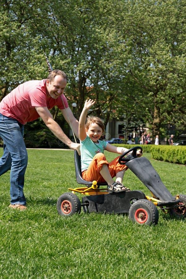 Download Familjgyckelpark arkivfoto. Bild av lyckligt, hand, körning - 19798402