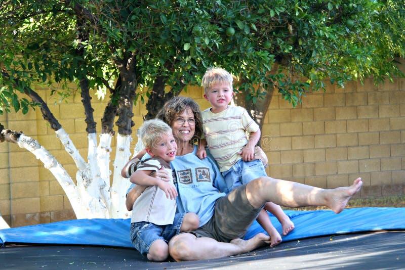 familjgyckeltrampoline arkivfoton