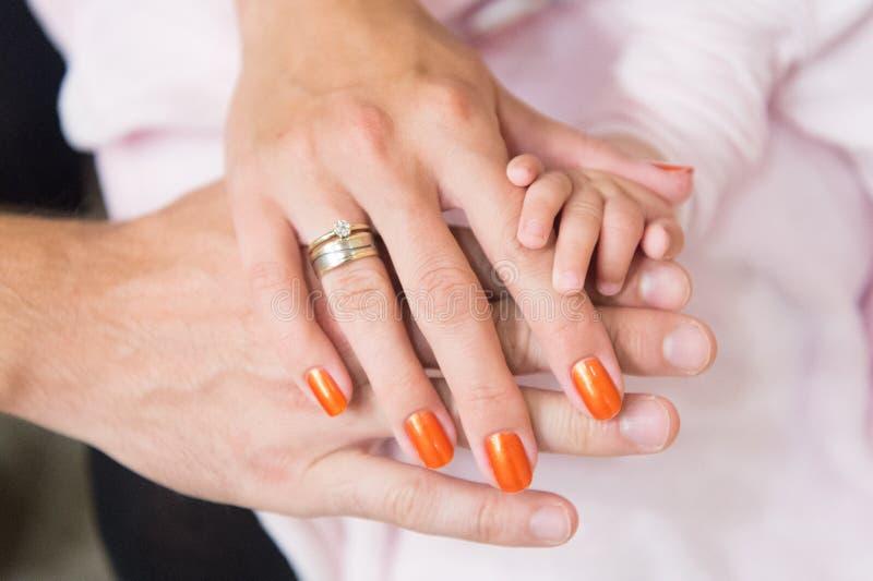 Familjhänder av moderfadern och behandla som ett barn lite Enhetservice och skyddsbegrepp Moder- eller faderdag Familjförälskelse arkivbilder