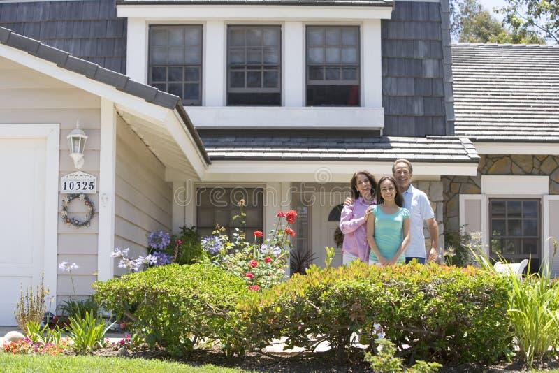 familjhus utanför där royaltyfria bilder