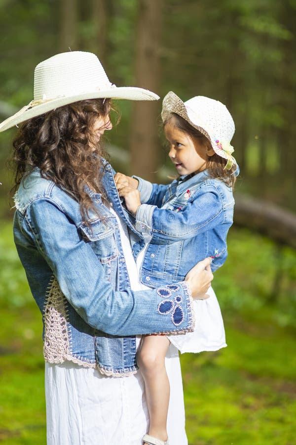 Familjidéer Älska och positiv Caucasian moder med hennes lilla dotter royaltyfri foto