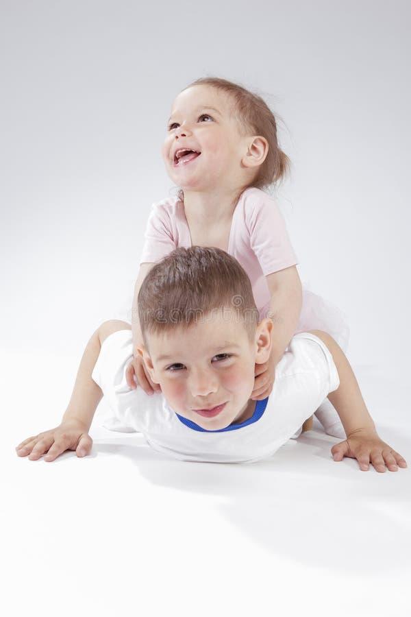 Familjidéer och begrepp Stående av lyckliga och le barn som tillsammans under spelar arkivfoto