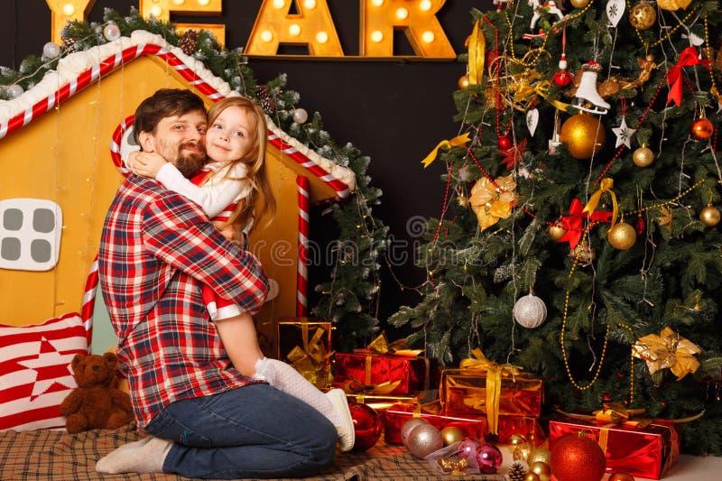 Familjjul Fader och dotter royaltyfri fotografi