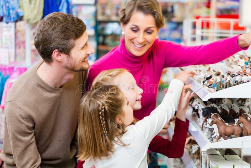 Familjköpandeleksaker i leksaklager royaltyfri fotografi