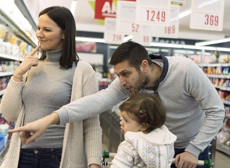Familjköpandelivsmedel i den lokala supermarket royaltyfri bild