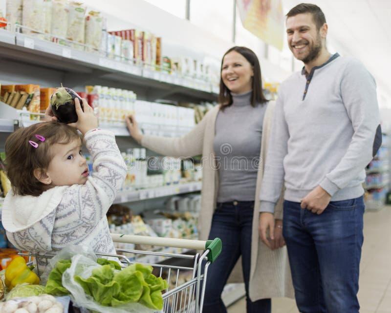 Familjköpandelivsmedel i den lokala supermarket royaltyfria foton