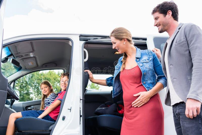 Familjköpandeskåpbil på bilåterförsäljaren på gården royaltyfri bild