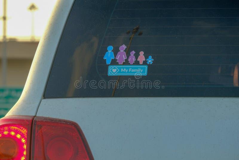 Familjklistermärke som visar par, och tre ungar arkivfoton