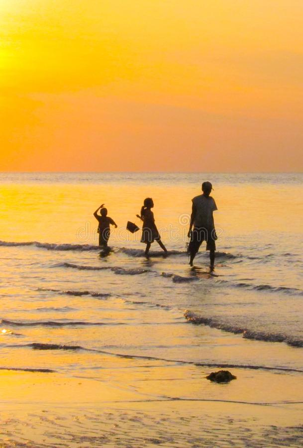 Familjkontur, guling/apelsin, fiskare och unga barn, Flores, Indo, Asien royaltyfria foton