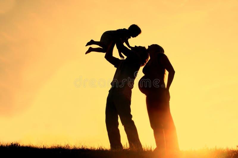 Familjkontursolnedgång royaltyfri bild