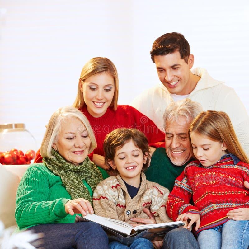 Familjläsning för tre utveckling arkivbilder