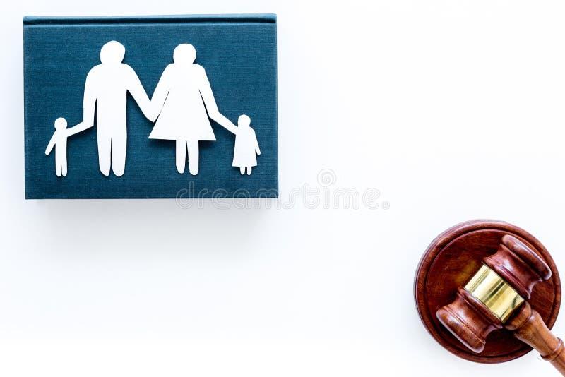 Familjlag, högert begrepp för familj Barn-arrest begrepp Familj med auktionsklubban för domstol för barnutklipp den near på vit arkivbild