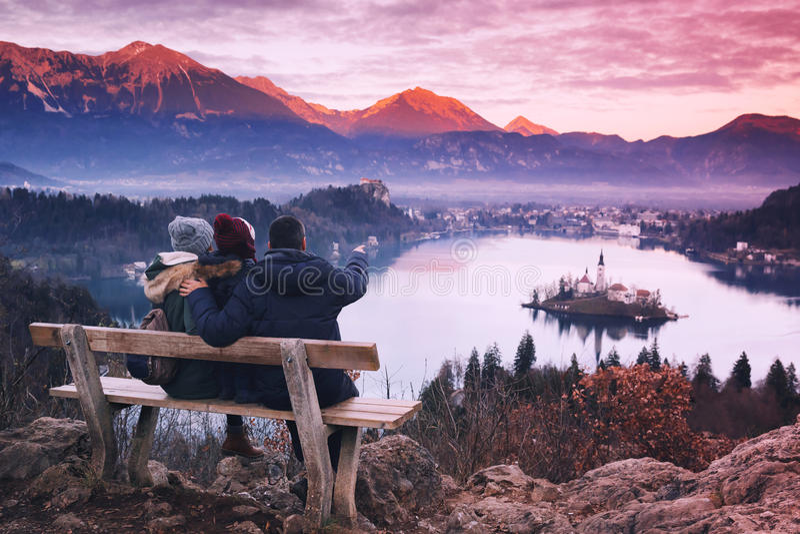 Familjlopp Europa avtappad lake slovenia arkivfoto